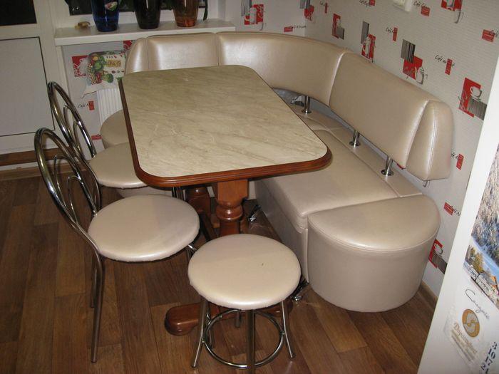Кухонный уголок со столом и стульями на кухне